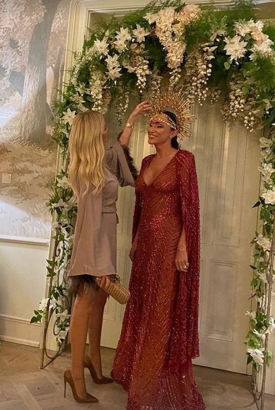 Zpěvačka se vdávala ve vínových šatech a s korunou.
