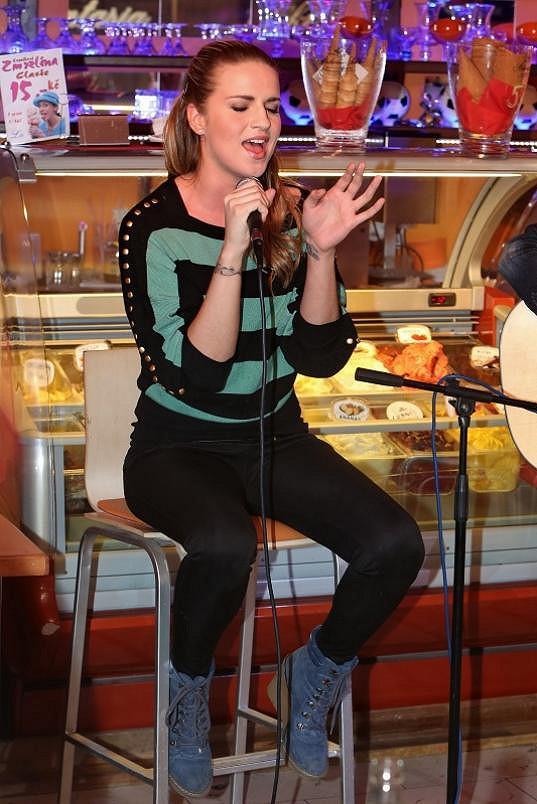 Pak v cukrárně zazpívala.