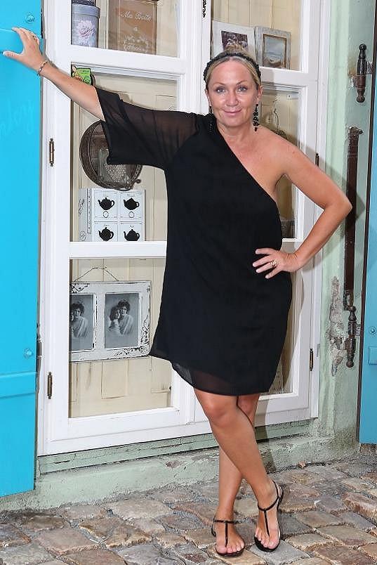 Bára Basiková na narozeninách obchodu s nábytkem