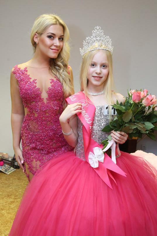 Vítězka starší kategorie Daria Molosag s organizátorkou soutěže Dominikou Myslivcovou.