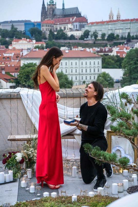 Přítel Lukáš ji požádal o ruku v luxusním hotelu s výhledem na Pražský hrad.