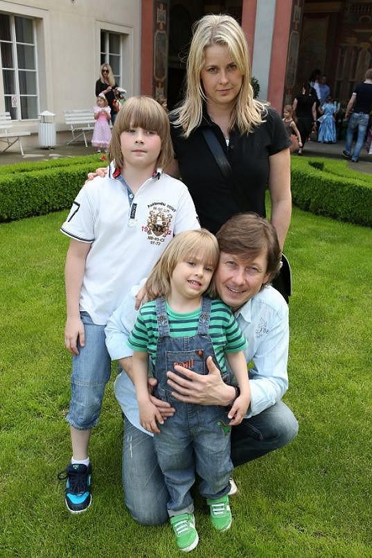 Pavel Kožíšek vzal syny a manželku.