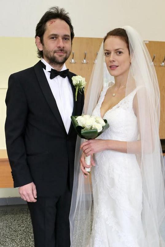 Andrea Kerestešová alias Ema se v Cestách domů provdala za Sváťu v podání Filipa Čapky.