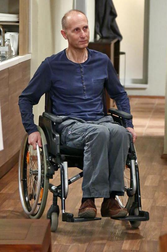 Josef Carda si v seriálu Cesty domů zahraje vozíčkáře.