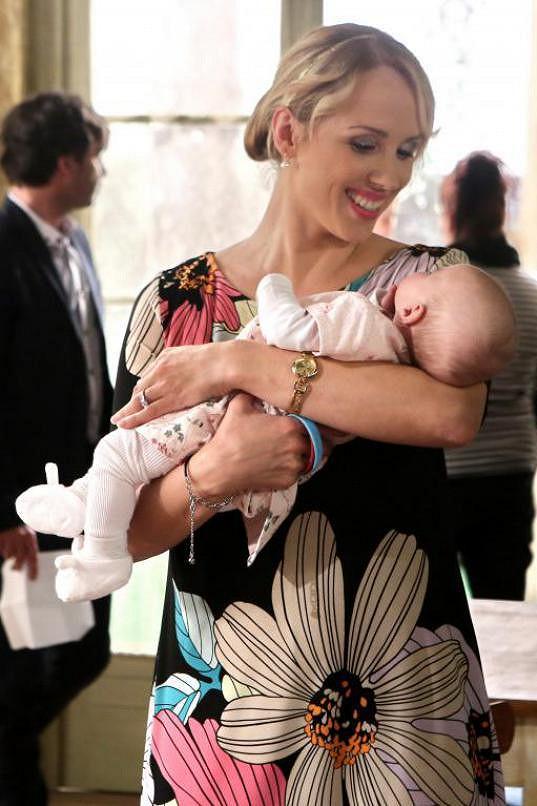 Petra má doma syna. V seriálu má malou holčičku.