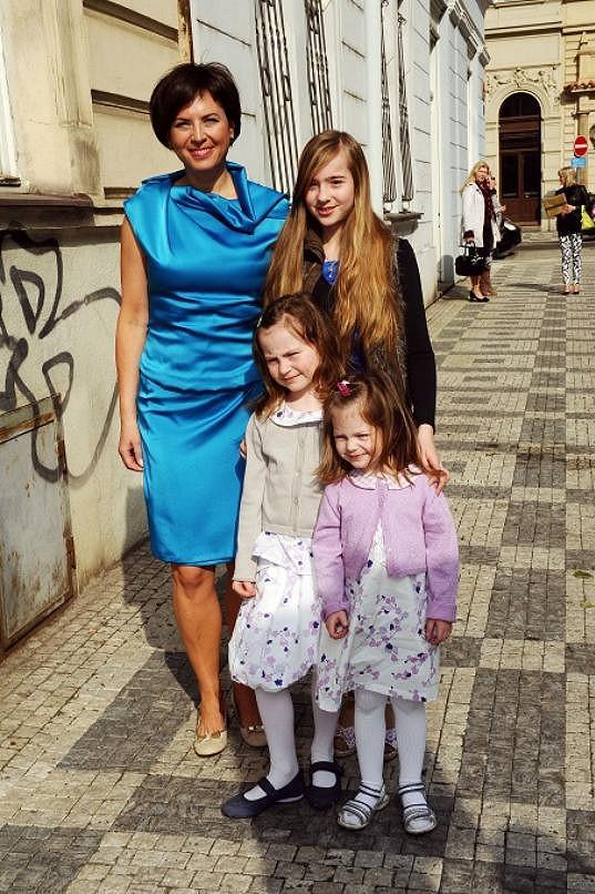 Bára Kodetová s dcerami.