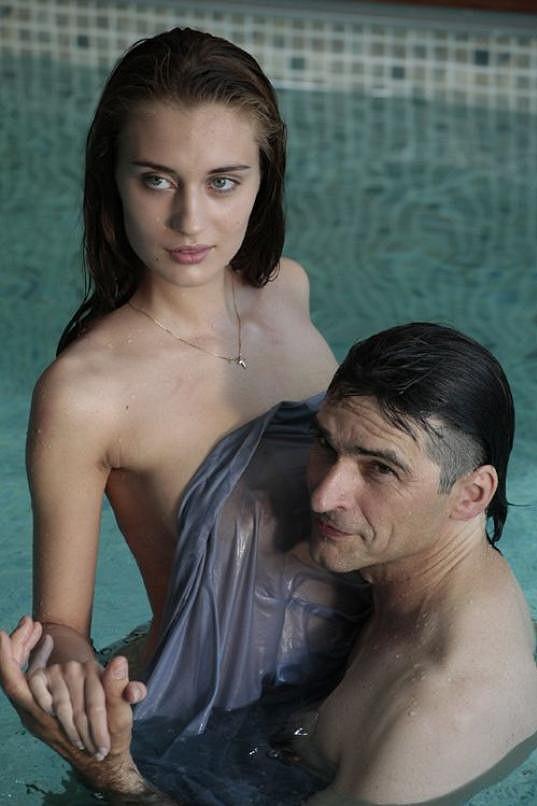 V padesáti se herec nebojí ukázat své tělo.