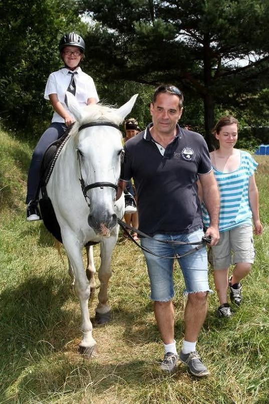 Etzler se účastnil akce pro občanské sdružení Zajíček na koni.