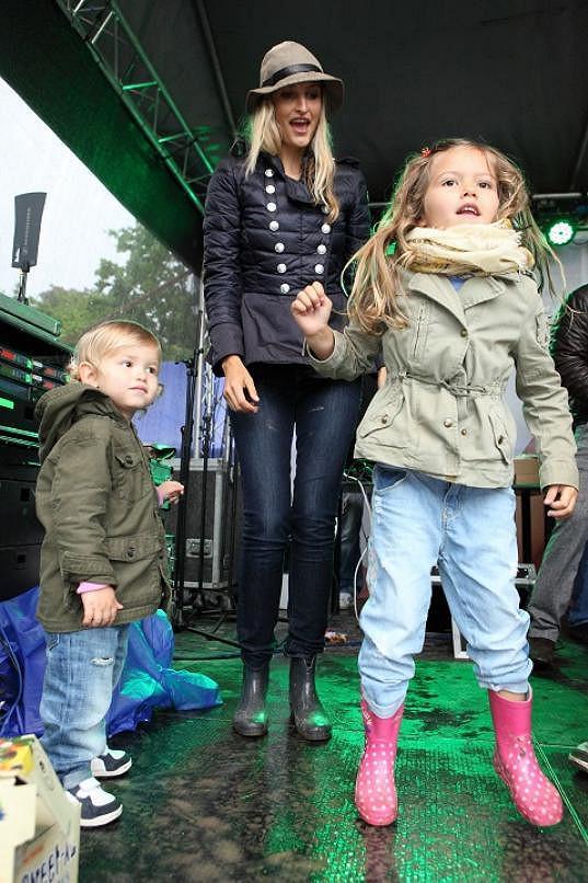 I když je tatínek tmavý, maminčiny geny vyhrály a Mína s Aidenem jsou blond.