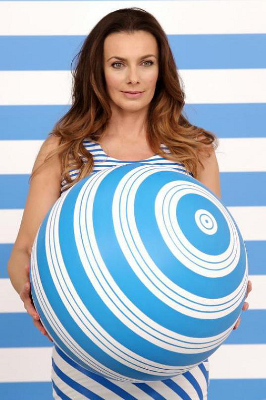 To Alice Bendová pózovala s obrovským míčem, ale těhotná prý určitě není....