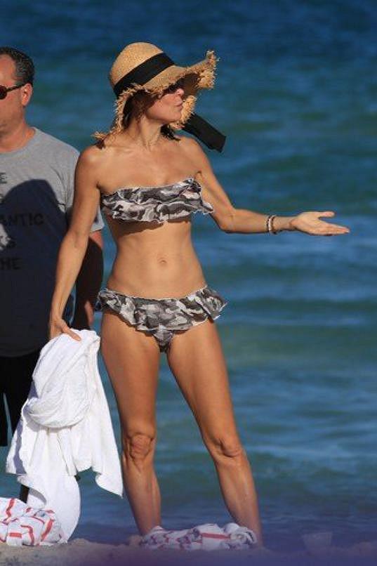 Bethenny Frankel na pláži v Miami