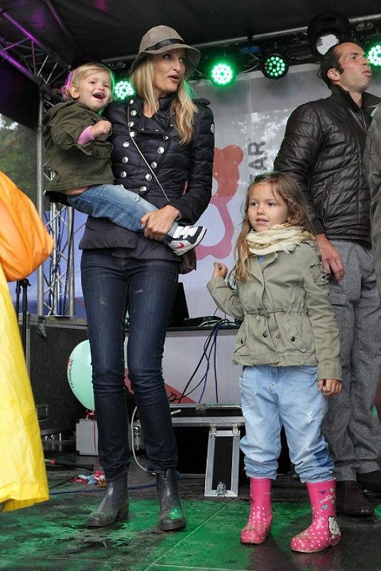 Tereza s mladšími dětmi na pódiu