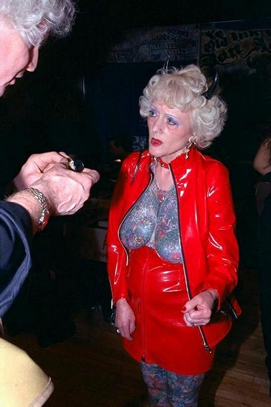 K porovnávání s Franzem vtipálky dovedlo její extrémní tetování.