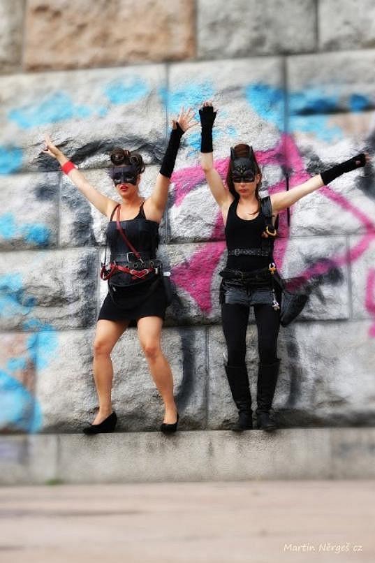Natáčení probíhalo mj. před graffiti na Letné.