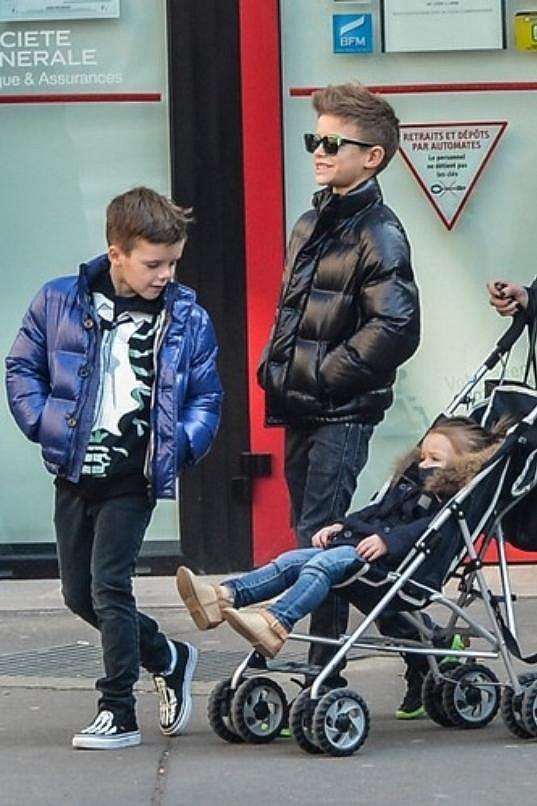 Romeo, Cruz a Harper Beckhamovi v ulicích Paříže.