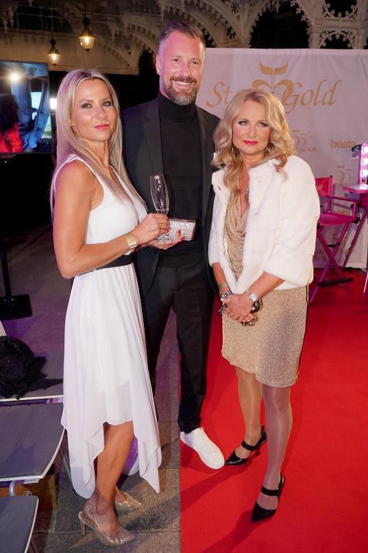 Majitelka pořádající společnosti věra Komárová na slavnostním večeru spolu s Petrem Vágnerem a jeho novou přítelkyní Silvií Vlčkovou