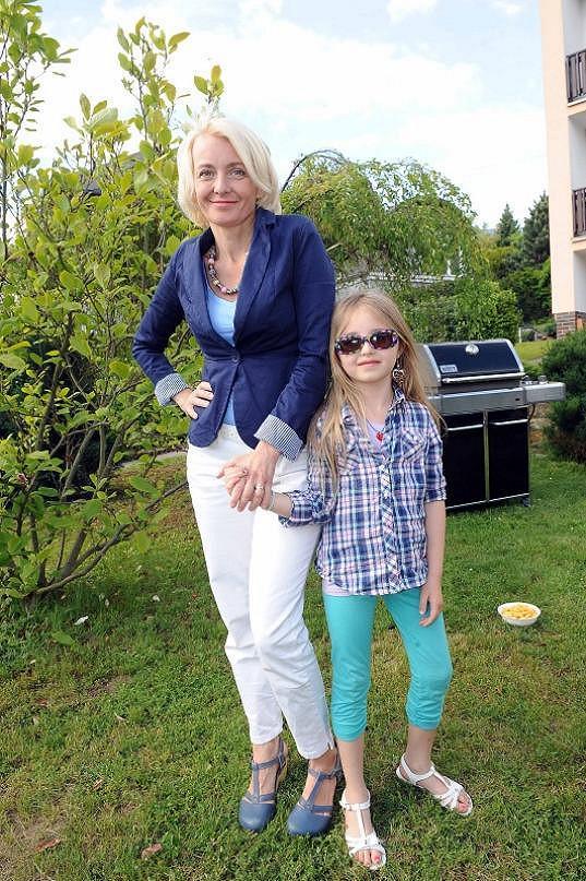 Veronika s Kordulkou na grilování.