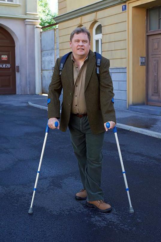 Václav Kopta. Hole jsou součástí jeho role.