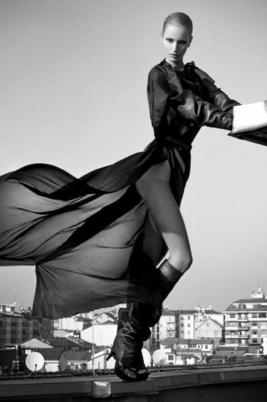 Nejužší spolupráce ji pojí s módním domem Versace.