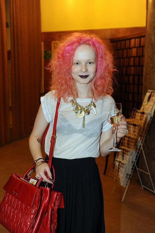 I růžové vlasy měla.
