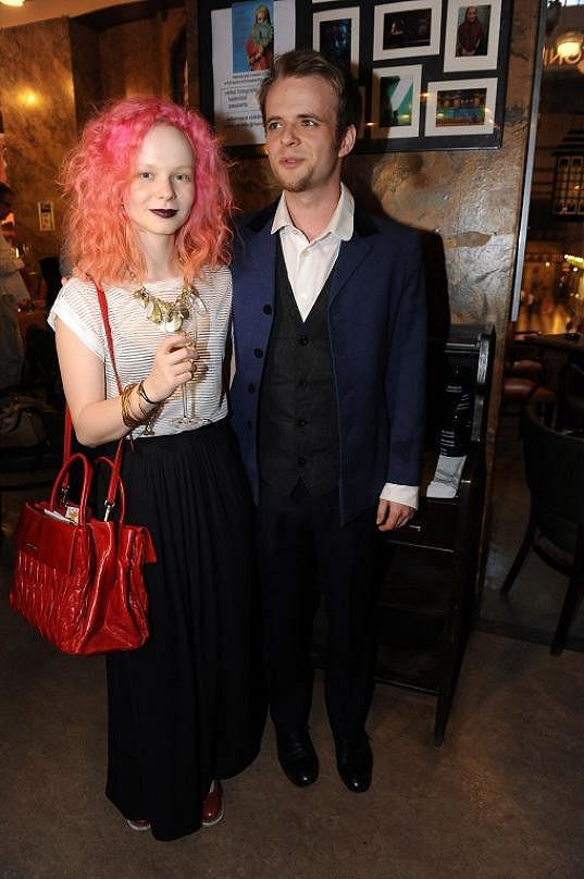 Anna s přítelem Tomášem a příšernou růžovou hřívou