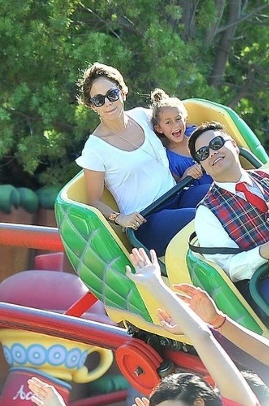 Jennifer Lopez hodila práci za hlavu a jela skotačit do zábavního parku.