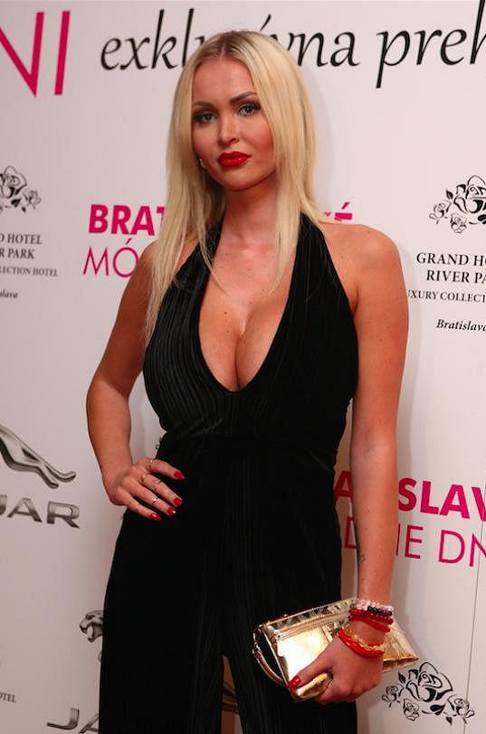Modelka Michaela Gašparovičová se ráda pyšní svými silikony.