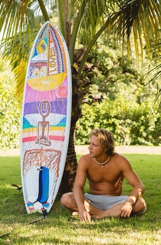Tomáš Klus zapózoval se surfařským prknem.