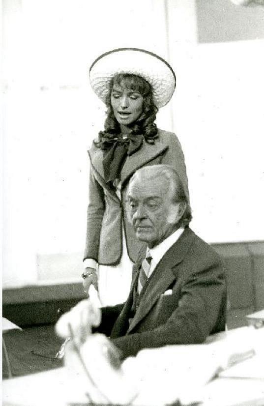 Jedním z posledním Korbelářových divadelních představení byla komedie Harwey a já(1972). Na snímku s Danou Homolovou.