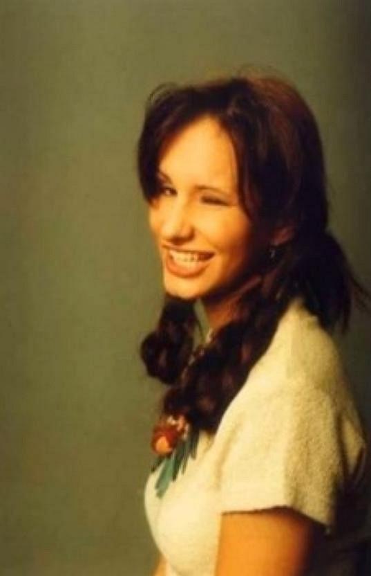Coby náctiletá byla Monika brunetka.
