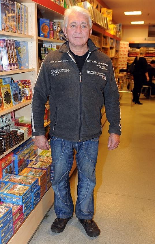 Jiří Krampol svojí mikinou, trikem a džínami neurazí ani nenadchne.