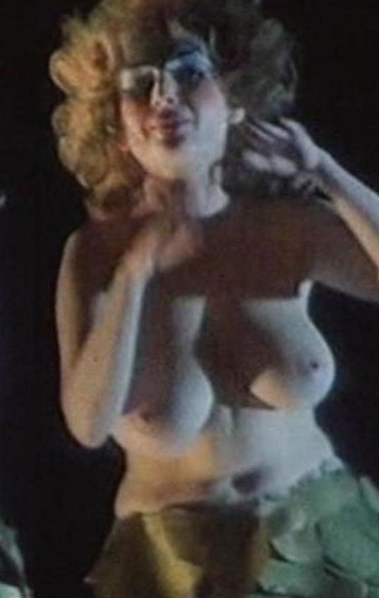 Vnadná herečka se odhalila také ve snímku Láska mezi kapkami deště.