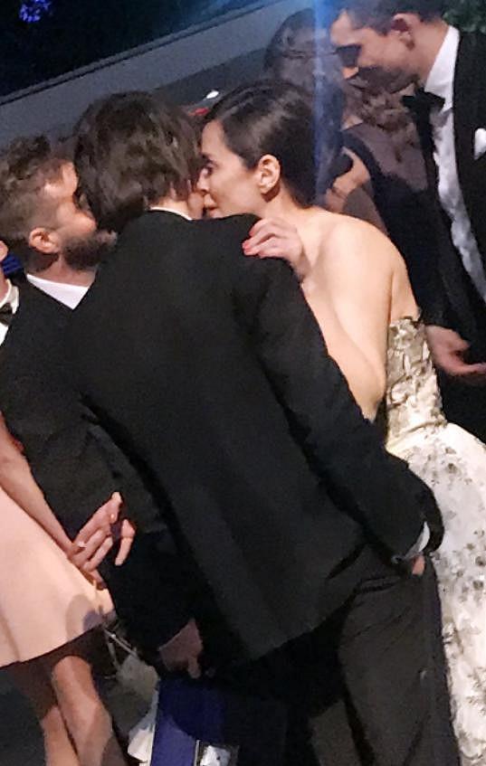Čtyřicetiletá herečka Anna Friel kouzlu Charlieho Heatona (23) zcela propadla.