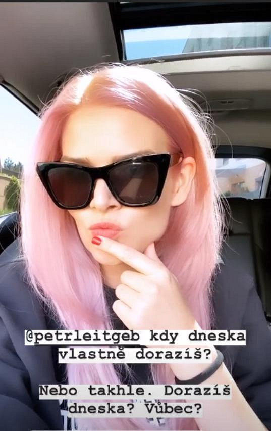 Stejně tak i Nikol Štíbrová, která je zvědavá, co jí na novou barvu vlasů řekne přítel Petr.