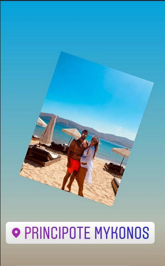 Manželé na pláži.