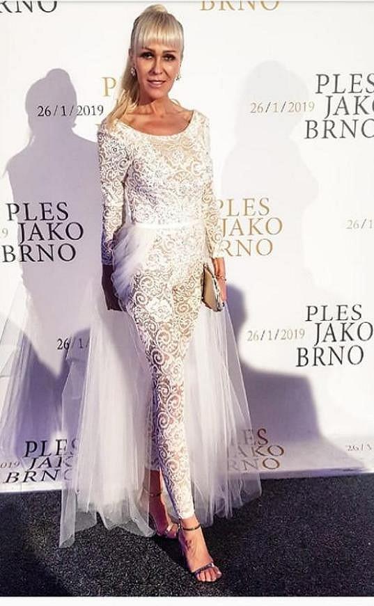 Podobné šaty loni vynesla její maminka Jana na konkurenčním Plese jako Brno.