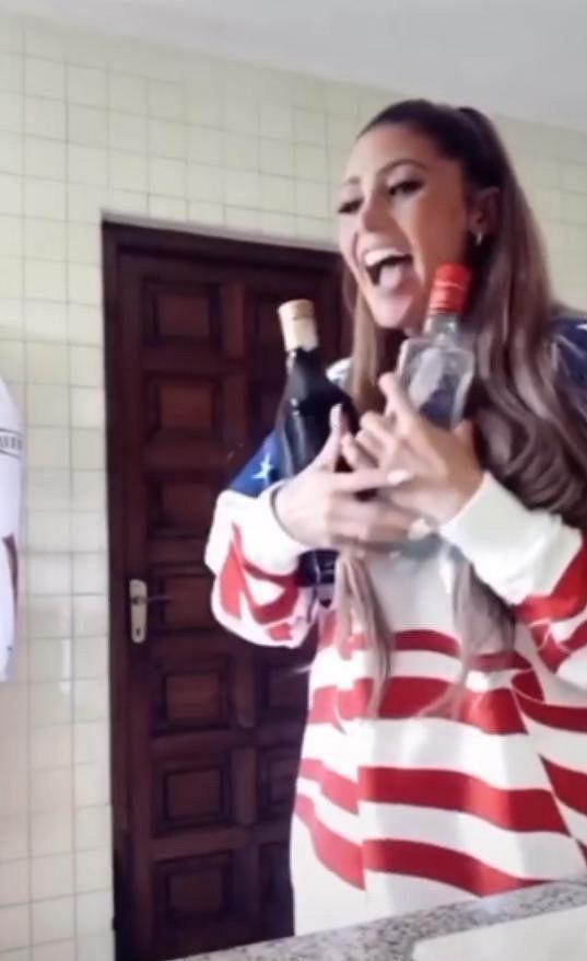 Tereza Kerndlová s lahvemi alkoholu.