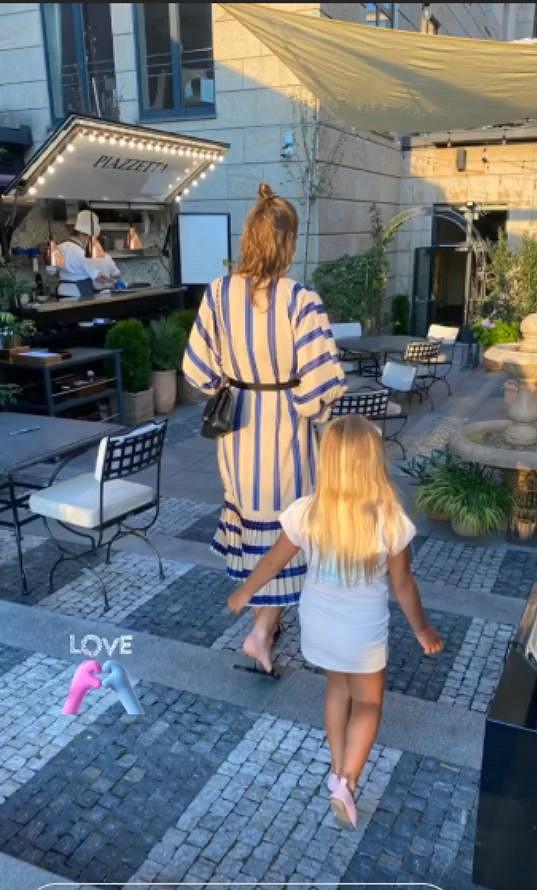 Michal přece jen občas nějakou fotku s manželkou a dcerou Lindou (tu má s bývalou partnerkou Lucií Borhyovou) nasdílí. Nedávno zveřejnil momentku z návštěvy pražského pětihvězdičkového hotelu.