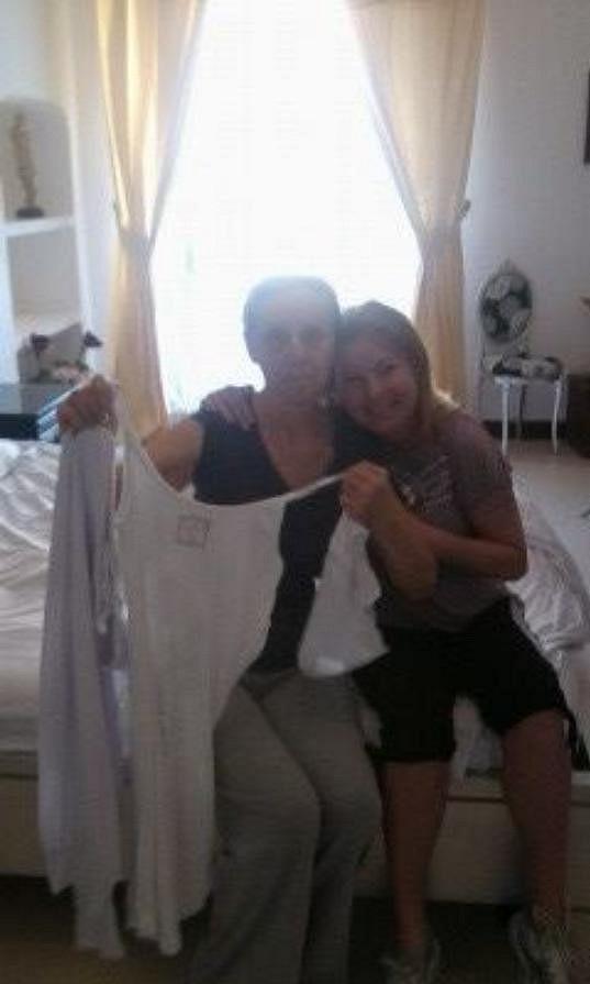 Martucciho matka Donna Grazia Marino della Torre zpěvačku svlékla z jejího oblečení.