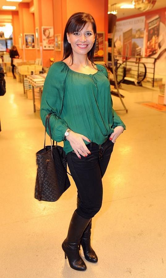 Andrea Kalivodová zvolila mladistvý styl a líčení a vypadá o deset let mladší, než když se obléká jako operní diva s kily make-upu.