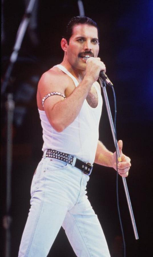 Freddie Mercury na koncertě Live Aid v roce 1985.