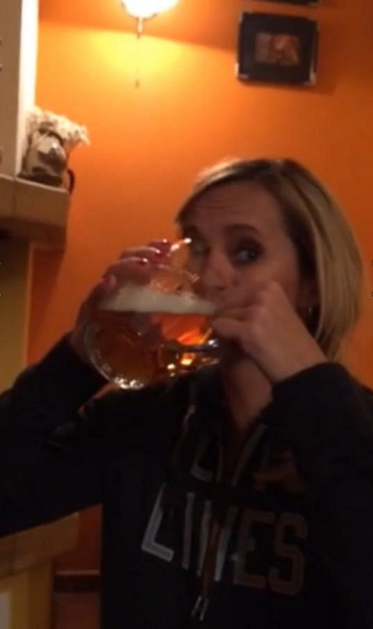A nebojí se vypít pivo na ex..