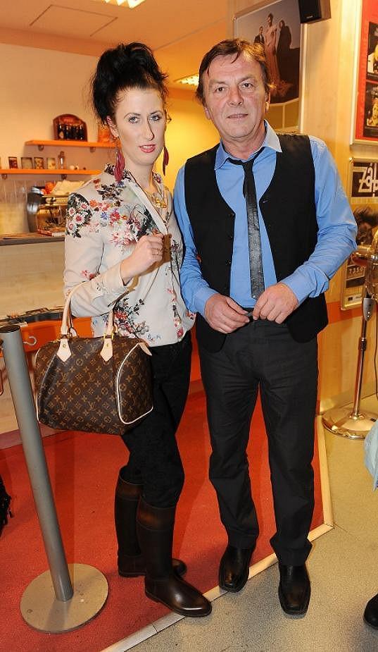 Princ Pavel Trávníček se snažil a vypadal velmi dobře. Zato jeho partnerka Monika Fialková by si zasloužila cenu za druhý nejhorší outfit dne.