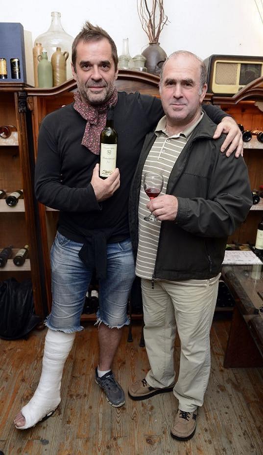 Miroslav Etzler si nenechal akci ujít ani s nohou v sádře.