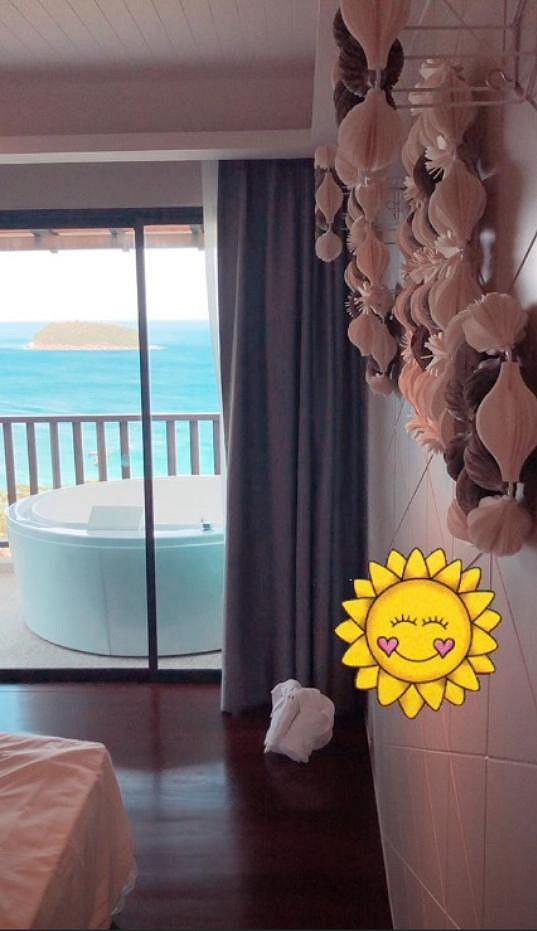 Modelka se také pochlubila krásným pokojem s manželskou postelí, vířivkou na balkóně a výhledem na moře.