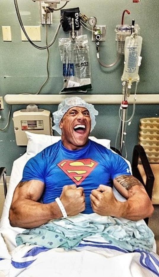 Dwayne Johnson se v nemocnici nenudí...