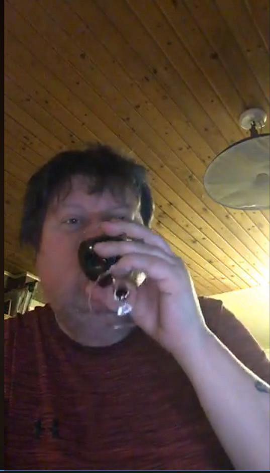 Hudebník utápí stesk v alkoholu. Odletěl do Mexika za svou milenkou, která už o něj také nestojí.