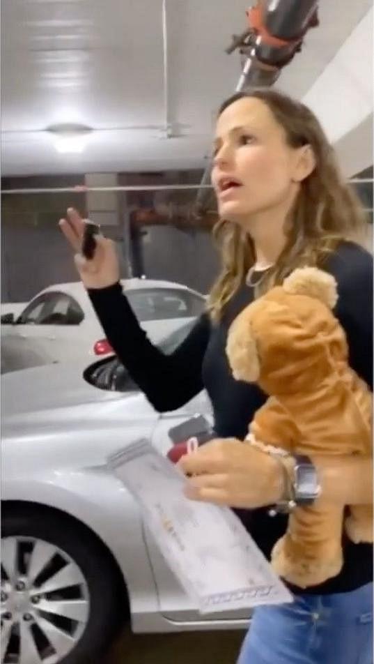 Jennifer lítala po parkovišti a hledala své auto.