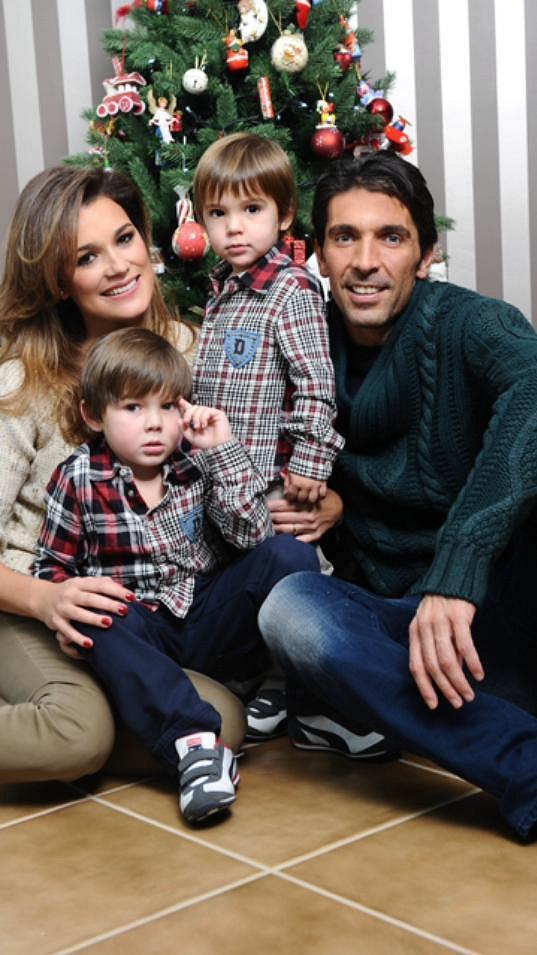 Alena Šeredová s manželem a syny.
