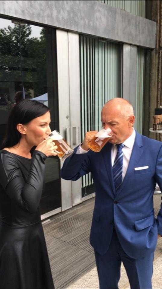 Partyšová dává přednost pivu před vínem. O tom se přesvědčil i velvyslanec České republiky ve Spojeném království Velké Británie a Severního Irska Libor Sečka.